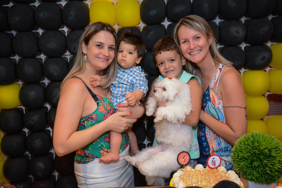 mais amigos para foto na mesa do bolo no Condomínio Morumbi, São Paulo festa Leonardo 1 aninho, tema Mickey
