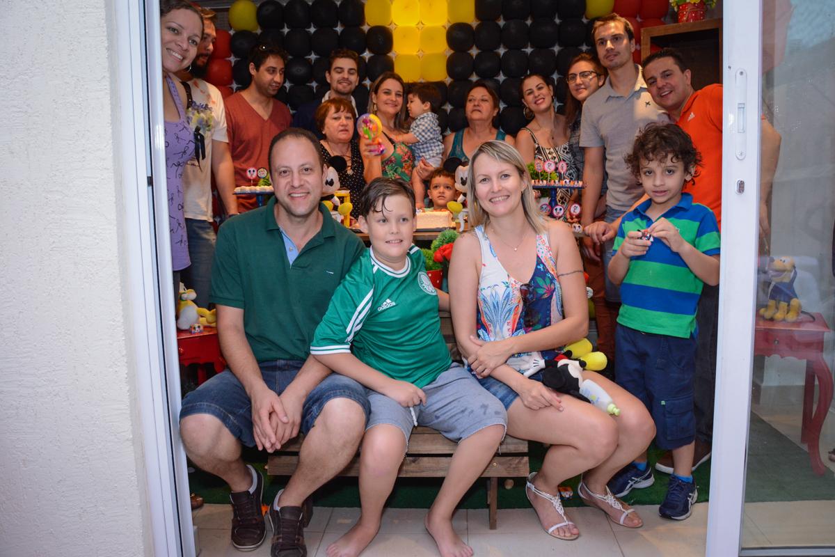 A tradicional foto da família no Condomínio Morumbi, São Paulo festa Leonardo 1 aninho, tema Mickey