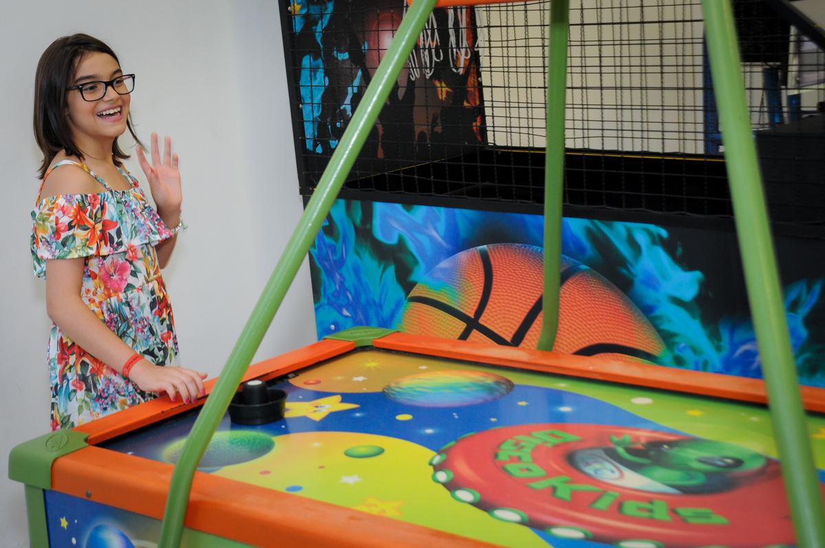 amigos brincam no futebol de mesa no Buffet Max Mania, Panambi, Sp, tema da festa Monster High