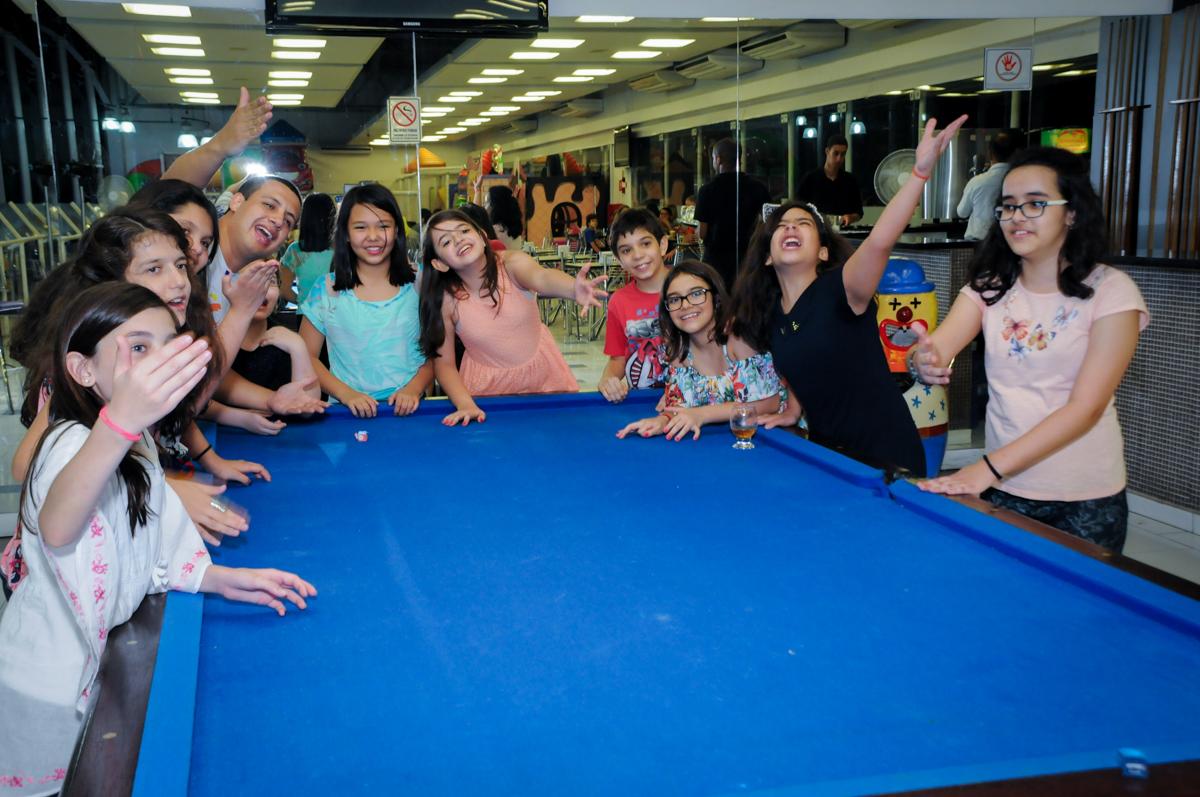 foto em frente a mesa de sinuca no Buffet Max Mania, Panambi, Sp, tema da festa Monster High
