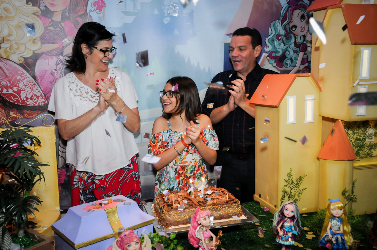 Cantar parabéns é a hora mais animada da festa no Buffet Max Mania, Panambi, Sp, tema da festa Monster High