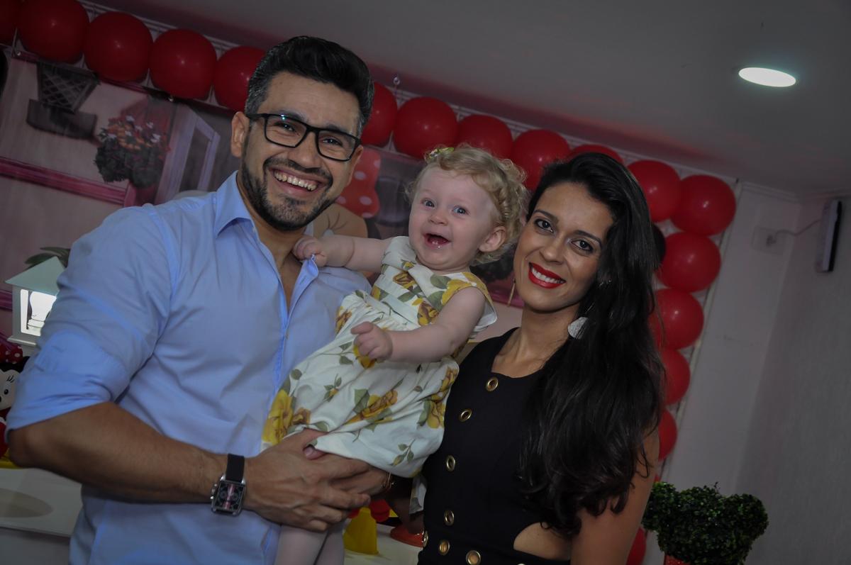 fotografia dos pais com a aniversariante no Festa de Maria Eduarda 1 aninho, tema minie vermelha, Buffet Mundo Kids, Osasco São Paulo