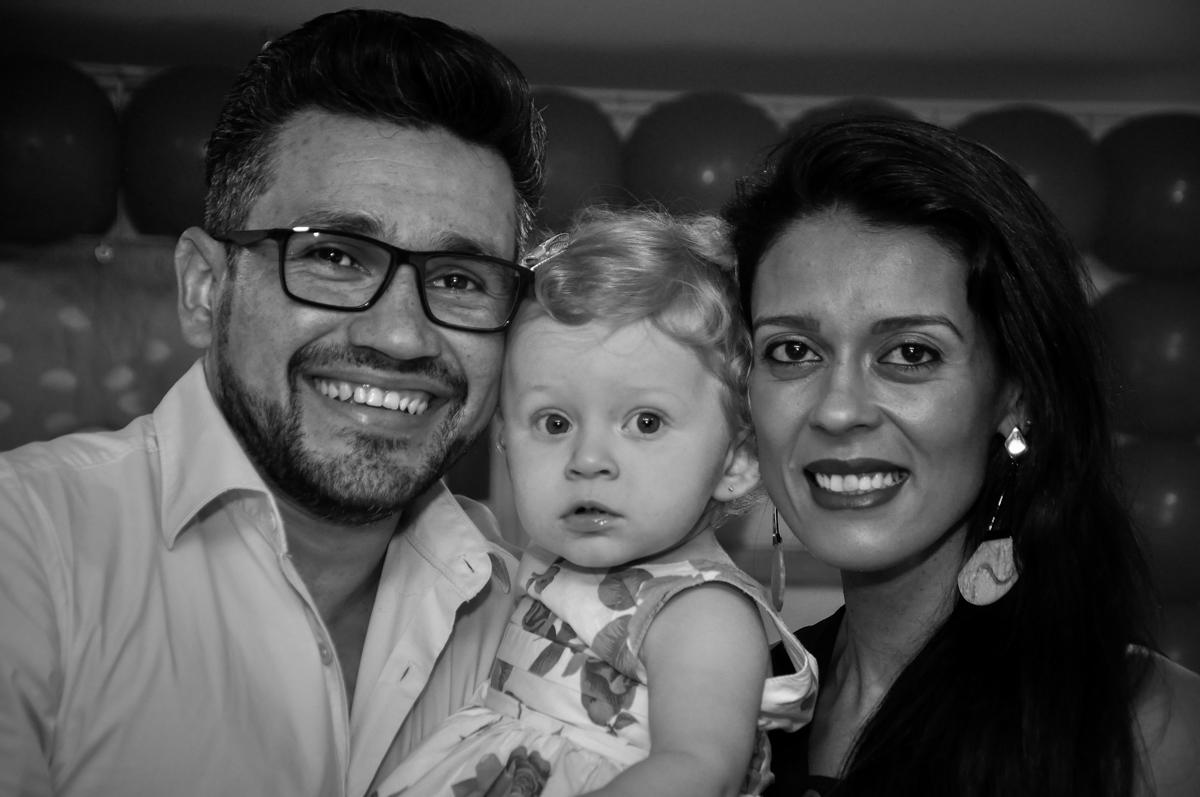papai e mamãe felizes na Festa de Maria Eduarda 1 aninho, tema minie vermelha, Buffet Mundo Kids, Osasco São Paulo