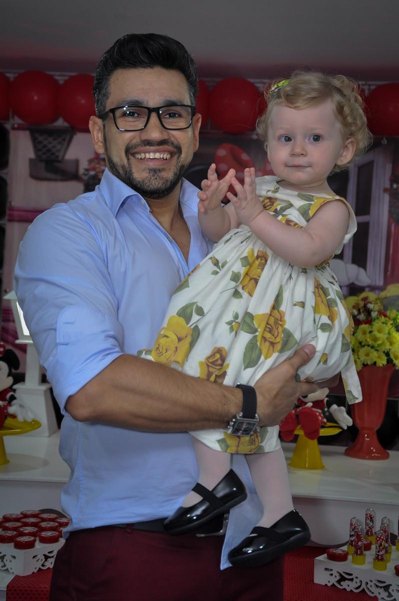 A aniversariante com seu pai na Festa de Maria Eduarda 1 aninho, tema minie vermelha, Buffet Mundo Kids, Osasco São Paulo