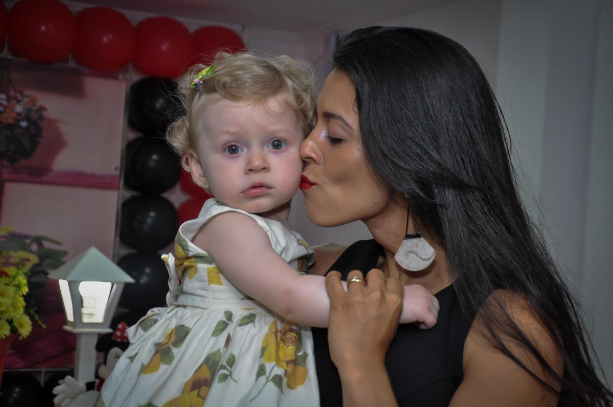 A aniversariante ganha beijinho da mamãe na Festa de Maria Eduarda 1 aninho, tema minie vermelha, Buffet Mundo Kids, Osasco São Paulo