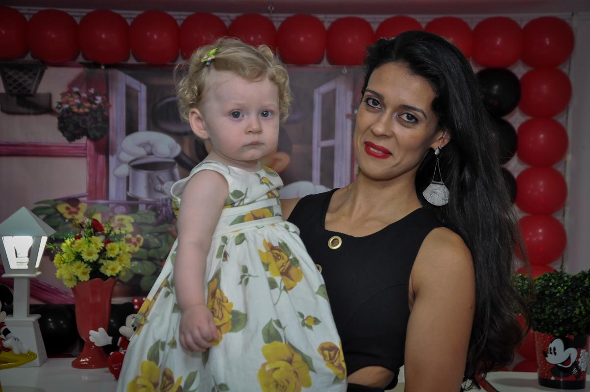 aniversariante feliz no colo da mamãe no Festa de Maria Eduarda 1 aninho, tema minie vermelha, Buffet Mundo Kids, Osasco São Paulo