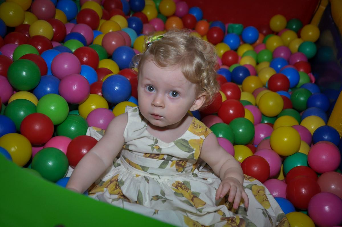 Duda se diverte na piscina de bolinha na Festa de Maria Eduarda 1 aninho, tema minie vermelha, Buffet Mundo Kids, Osasco São Paulo