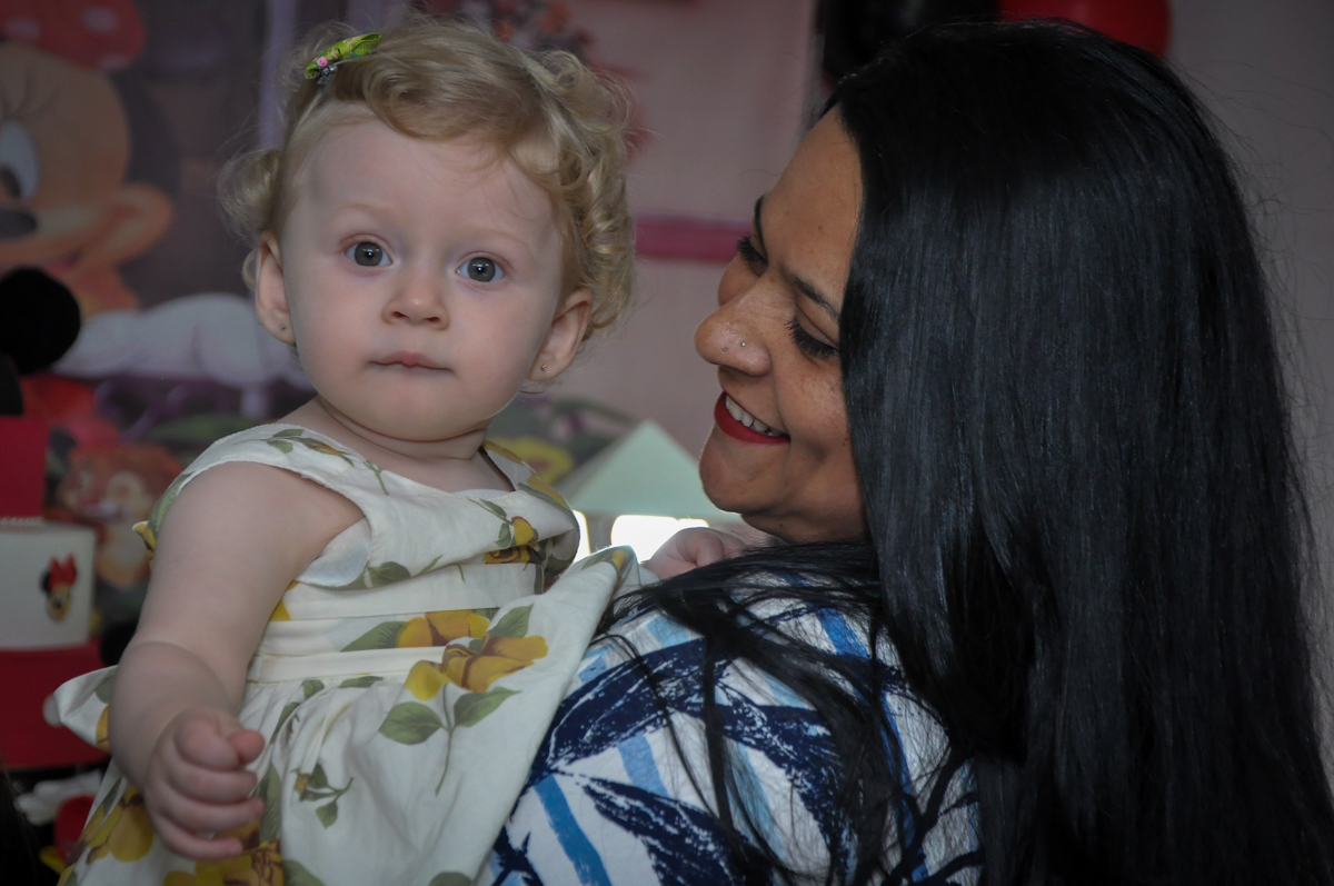 aniversariante recebe muito carinho na Festa de Maria Eduarda 1 aninho, tema minie vermelha, Buffet Mundo Kids, Osasco São Paulo