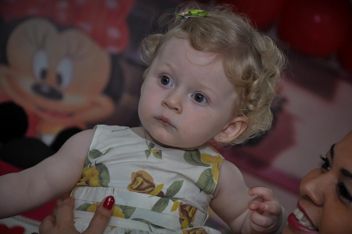 Linda a aniversariante na Festa de Maria Eduarda 1 aninho, tema minie vermelha, Buffet Mundo Kids, Osasco São Paulo