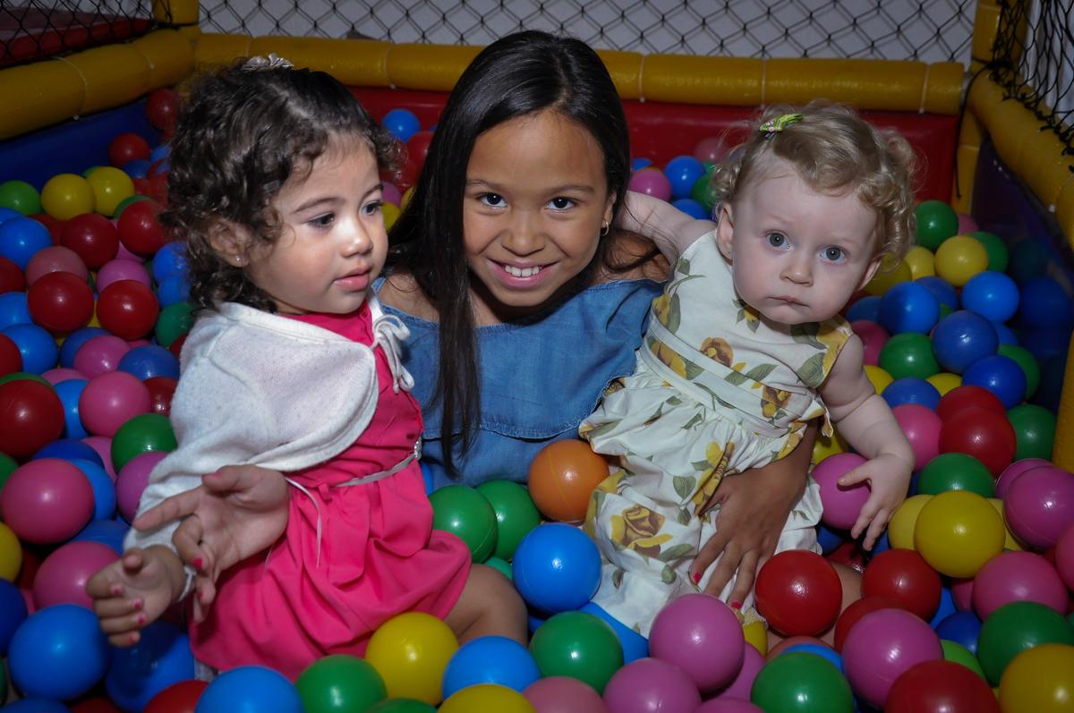 amiguinha é fotografada na piscina de bolinha com duda na Festa de Maria Eduarda 1 aninho, tema minie vermelha, Buffet Mundo Kids, Osasco São Paulo
