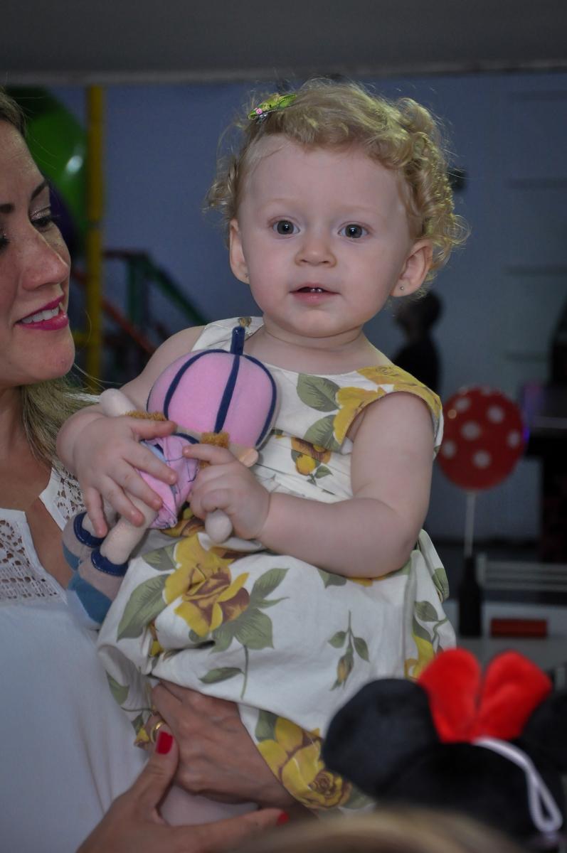 sorriso gostoso da aniversariante na Festa de Maria Eduarda 1 aninho, tema minie vermelha, Buffet Mundo Kids, Osasco São Paulo