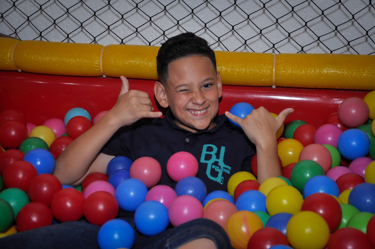 pose para foto na piscina de bolinha na Festa de Maria Eduarda 1 aninho, tema minie vermelha, Buffet Mundo Kids, Osasco São Paulo