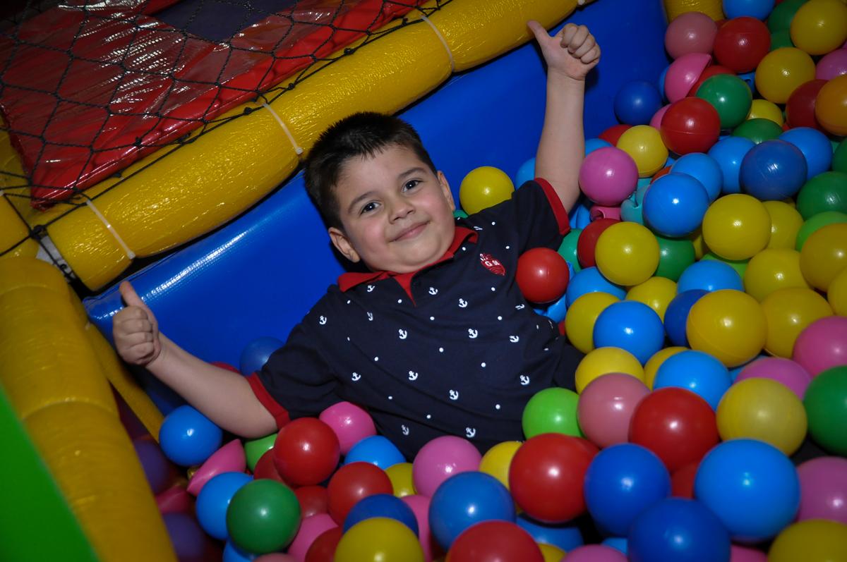 gostoso cair nas bolinhas na Festa de Maria Eduarda 1 aninho, tema minie vermelha, Buffet Mundo Kids, Osasco São Paulo