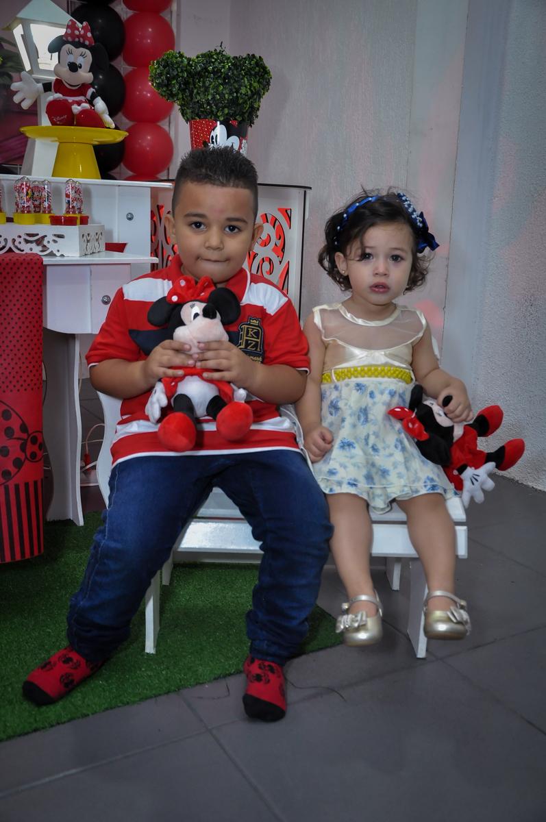 foto dos amiguinhos na mesa decorada no Festa de Maria Eduarda 1 aninho, tema minie vermelha, Buffet Mundo Kids, Osasco São Paulo