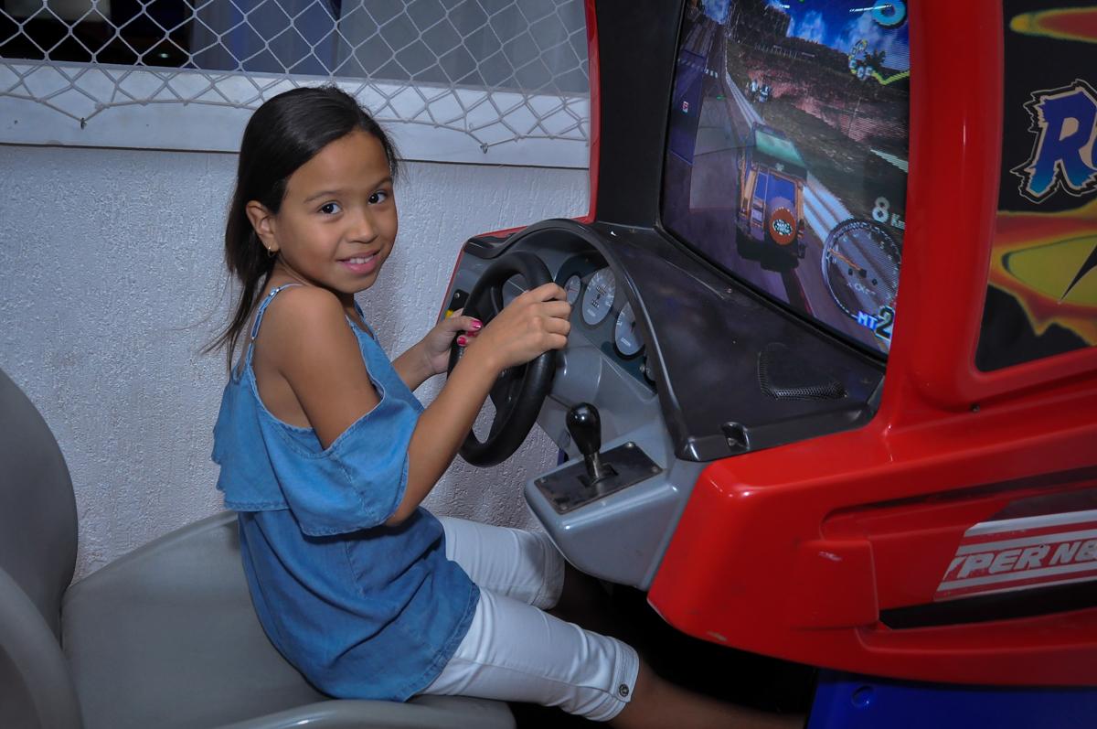 dirigindo o carrinho na Festa de Maria Eduarda 1 aninho, tema minie vermelha, Buffet Mundo Kids, Osasco São Paulo