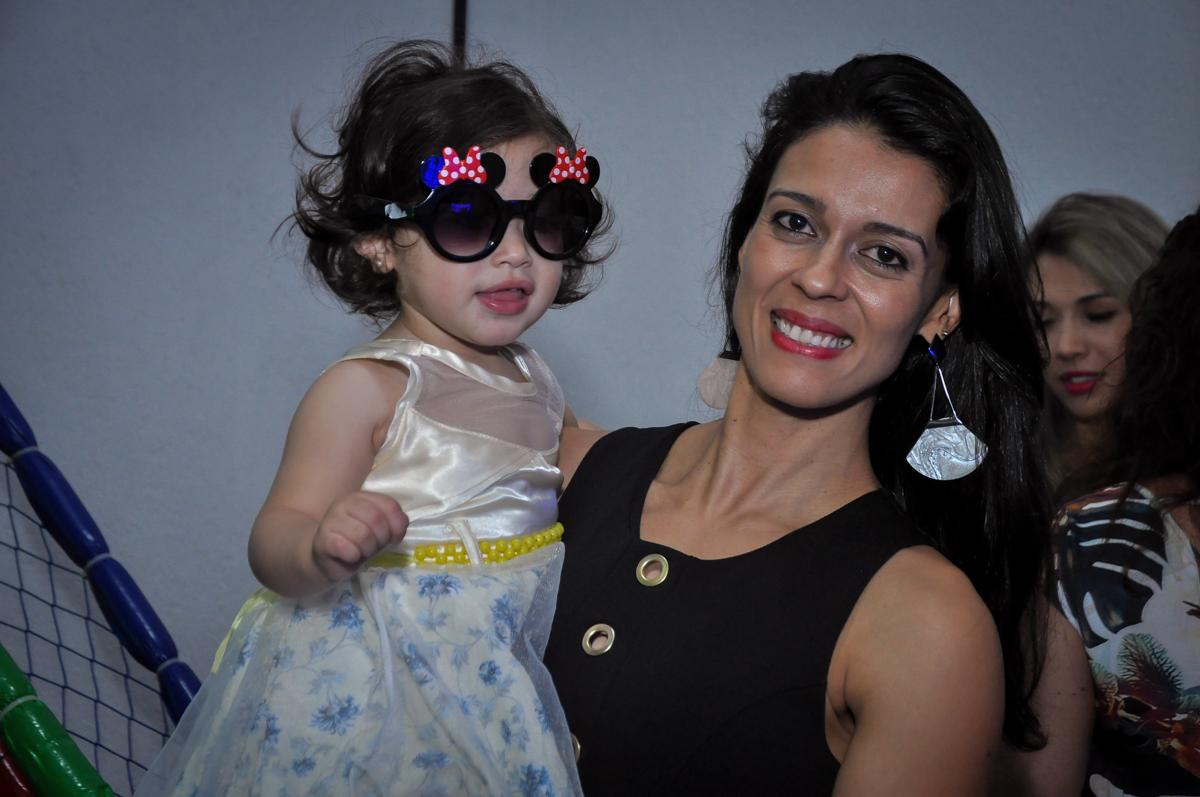 mais convidada com óculos de balada na Festa de Maria Eduarda 1 aninho, tema minie vermelha, Buffet Mundo Kids, Osasco São Paulo