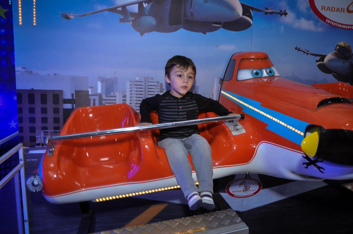 hora de curtir o aviãozinho na Festa de Maria Eduarda 1 aninho, tema minie vermelha, Buffet Mundo Kids, Osasco São Paulo