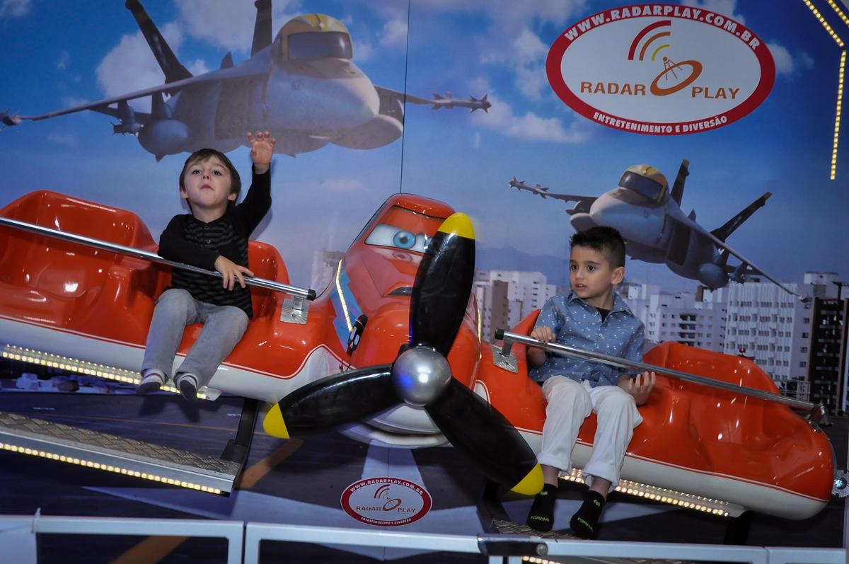 mais brincadeiras no aviãozinho no Festa de Maria Eduarda 1 aninho, tema minie vermelha, Buffet Mundo Kids, Osasco São Paulo