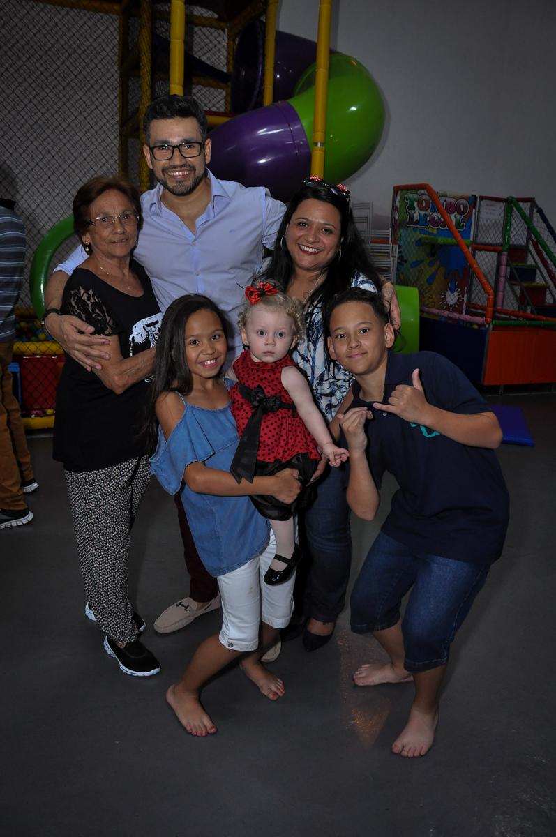 aniversariante sendo fotografada com os amigos na Festa de Maria Eduarda 1 aninho, tema minie vermelha, Buffet Mundo Kids, Osasco São Paulo