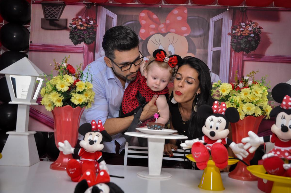 soprando a velinha do bolo na Festa de Maria Eduarda 1 aninho, tema minie vermelha, Buffet Mundo Kids, Osasco São Paulo