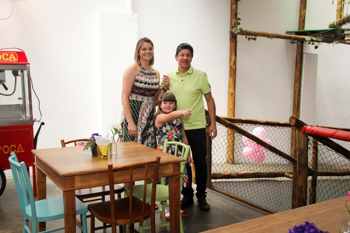 entrada da família na Festa infantil, Sophia 6 anos Buffet O Galpão, Pinheiros, SP, tema da festa Os enrolados