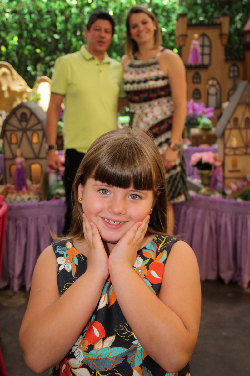 foto da família em frente a mesa na Festa infantil, Sophia 6 anos Buffet O Galpão, Pinheiros, SP, tema da festa Os enrolados