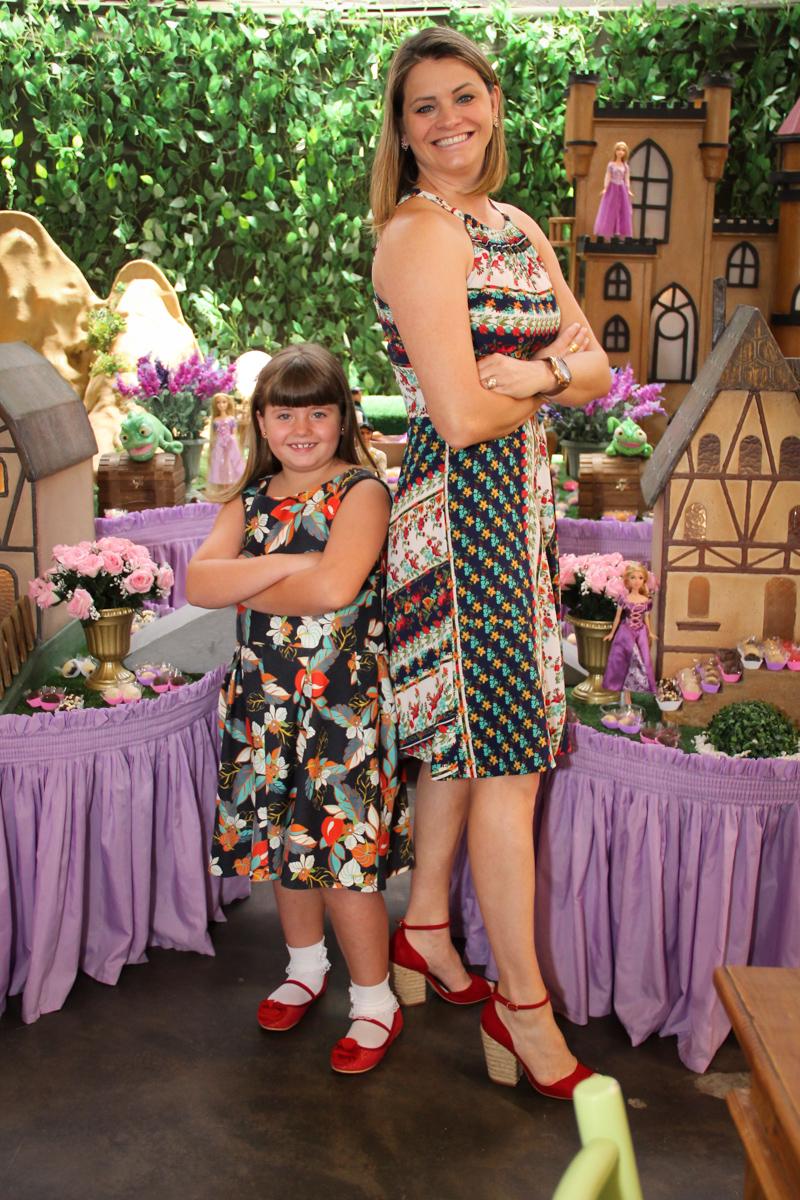 foto da mãe e filha na Festa infantil, Sophia 6 anos Buffet O Galpão, Pinheiros, SP, tema da festa Os enrolados