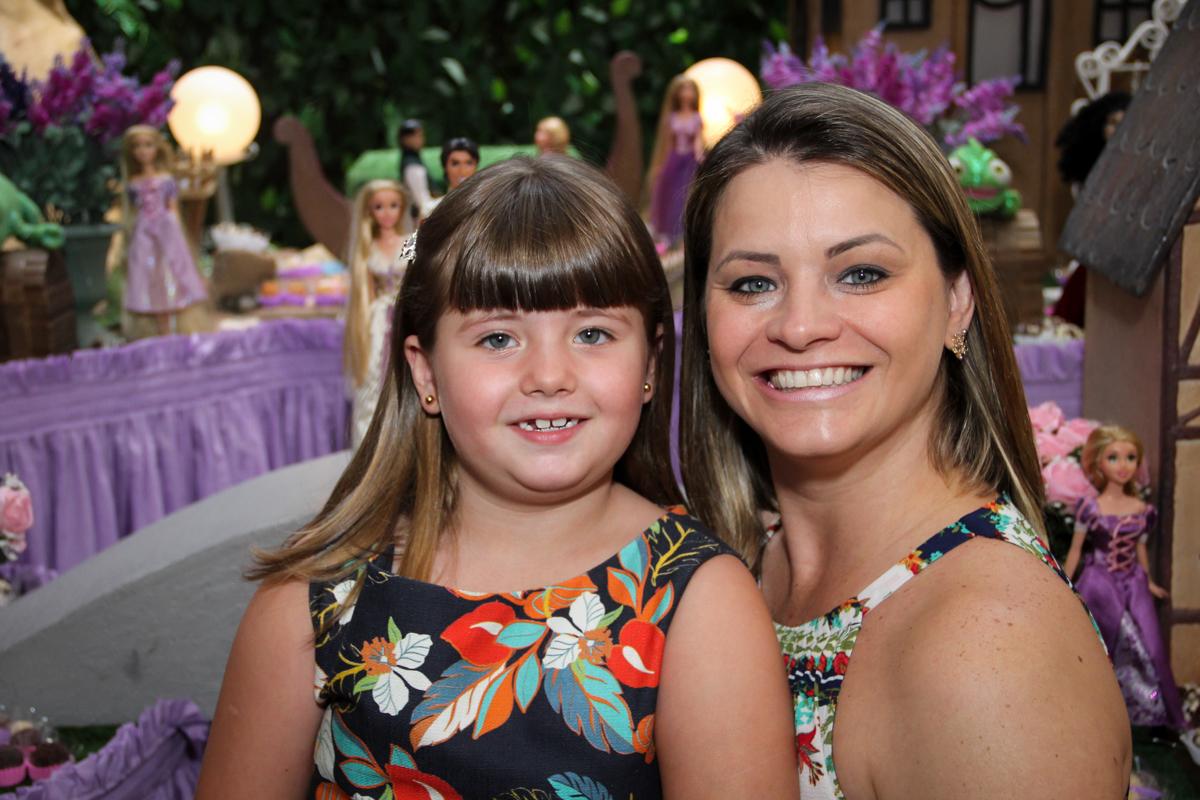 aniversariante com sua mãe na Festa infantil, Sophia 6 anos Buffet O Galpão, Pinheiros, SP, tema da festa Os enrolados