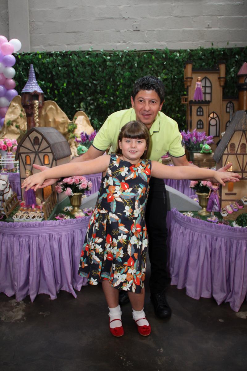 papai e aniversariante feliz na Festa infantil, Sophia 6 anos Buffet O Galpão, Pinheiros, SP, tema da festa Os enrolados