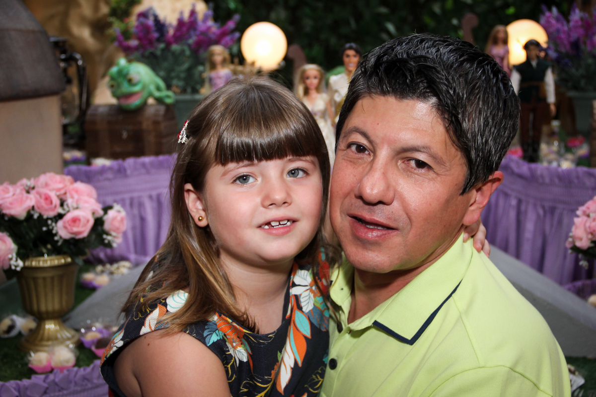 foto do papai com a aniversariante na Festa infantil, Sophia 6 anos Buffet O Galpão, Pinheiros, SP, tema da festa Os enrolados