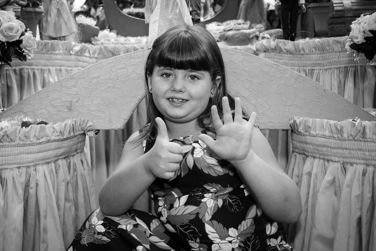 aniversariante sendo fotografada em frente a mesa na Festa infantil, Sophia 6 anos Buffet O Galpão, Pinheiros, SP, tema da festa Os enrolados
