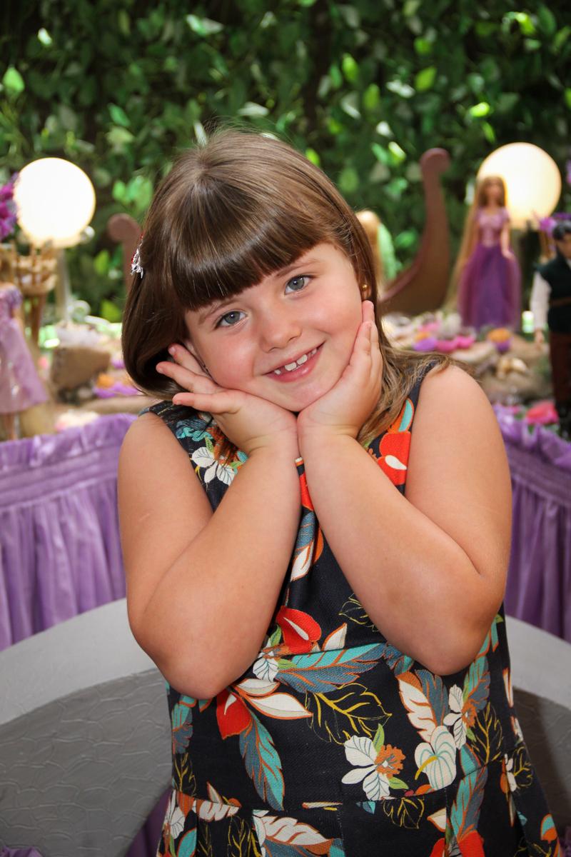pose para foto na Festa infantil, Sophia 6 anos Buffet O Galpão, Pinheiros, SP, tema da festa Os enrolados