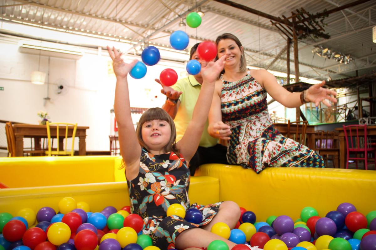 bagunça da família na piscina de bolina na Festa infantil, Sophia 6 anos Buffet O Galpão, Pinheiros, SP, tema da festa Os enrolados