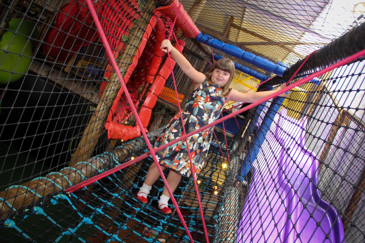 brincadeiras animadas no brinquedão na Festa infantil, Sophia 6 anos Buffet O Galpão, Pinheiros, SP, tema da festa Os enrolados