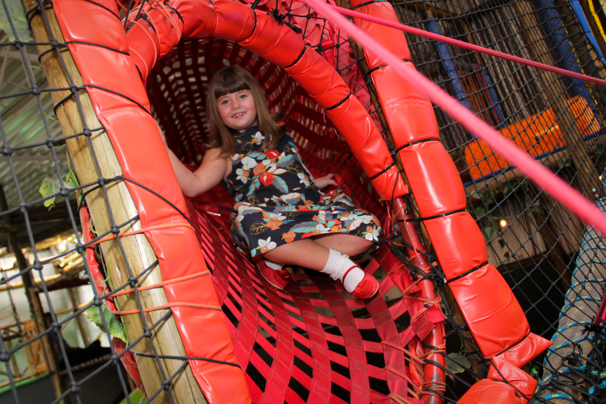 foto no túnel do brinquedão na Festa infantil, Sophia 6 anos Buffet O Galpão, Pinheiros, SP, tema da festa Os enrolados