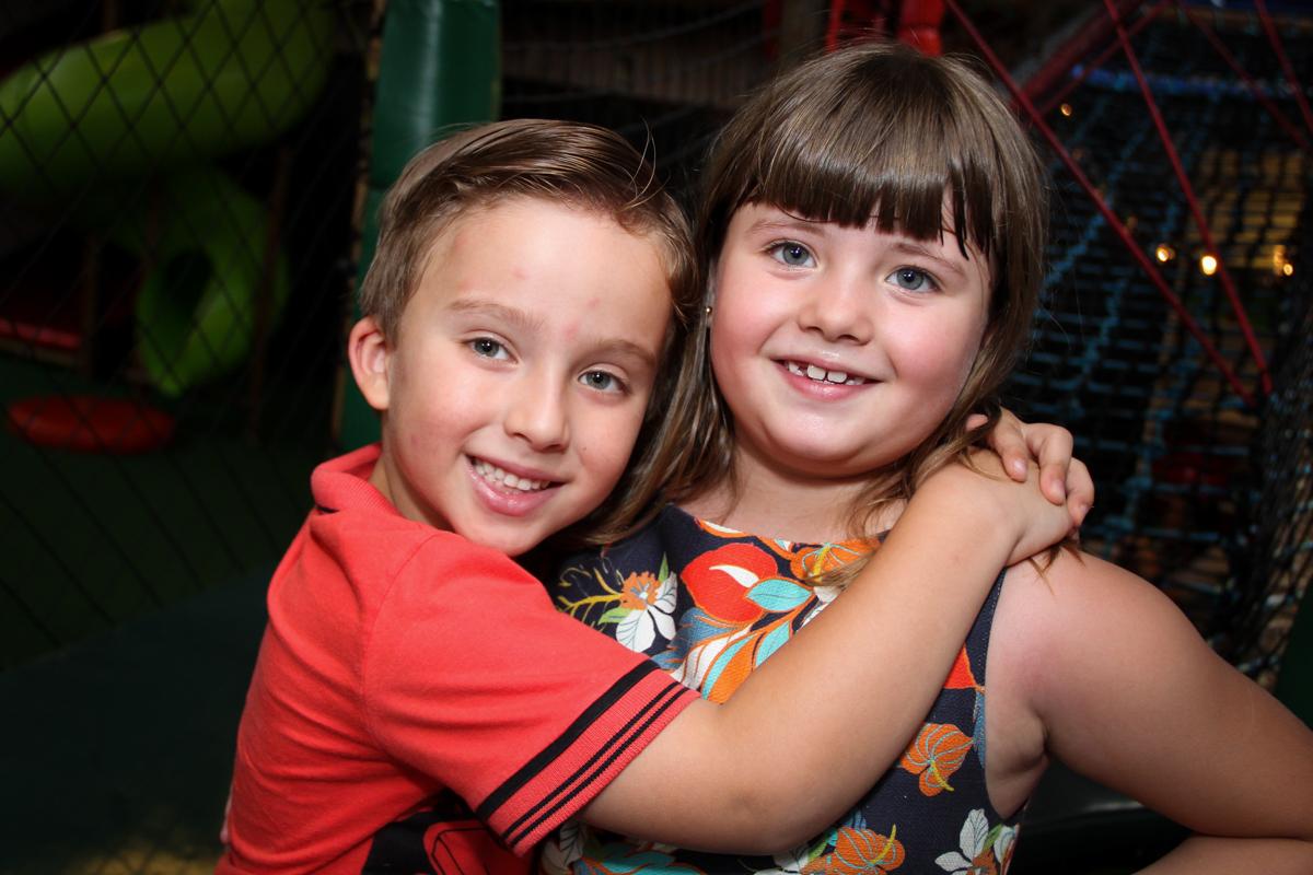 recebendo o convidado na Festa infantil, Sophia 6 anos Buffet O Galpão, Pinheiros, SP, tema da festa Os enrolados