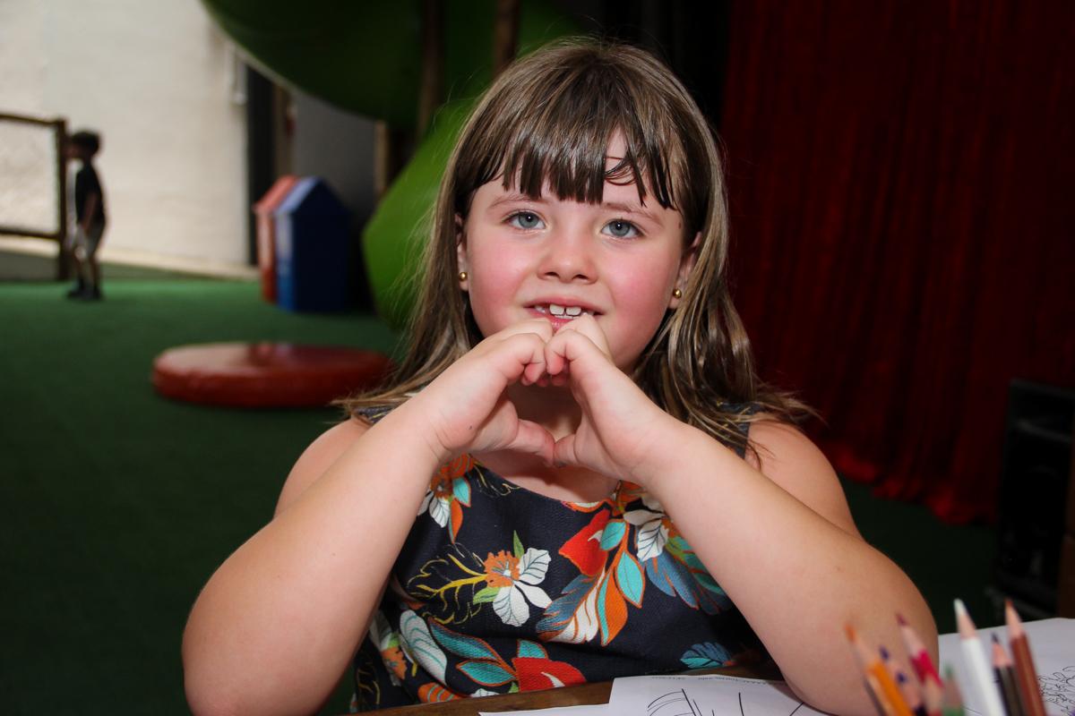 coração com a mão na Festa infantil, Sophia 6 anos Buffet O Galpão, Pinheiros, SP, tema da festa Os enrolados