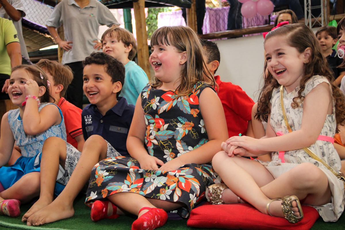 Hora do show de mágico na Festa infantil, Sophia 6 anos Buffet O Galpão, Pinheiros, SP, tema da festa Os enrolados