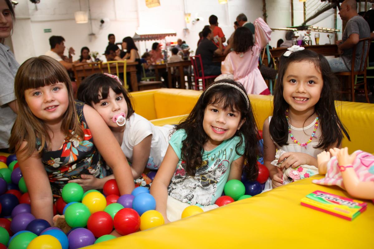 criançada brincam na piscina de bolinha na Festa infantil, Sophia 6 anos Buffet O Galpão, Pinheiros, SP, tema da festa Os enrolados