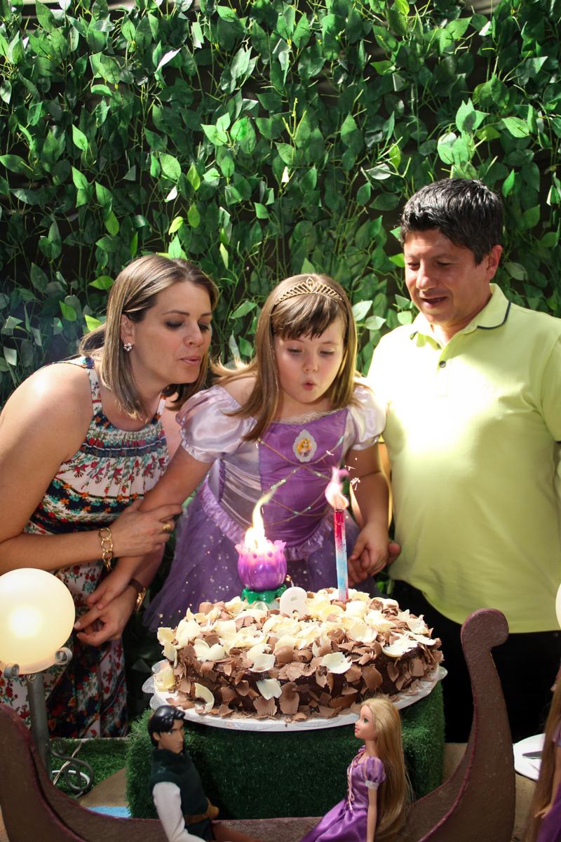 soprando a velina do bolo na Festa infantil, Sophia 6 anos Buffet O Galpão, Pinheiros, SP, tema da festa Os enrolados