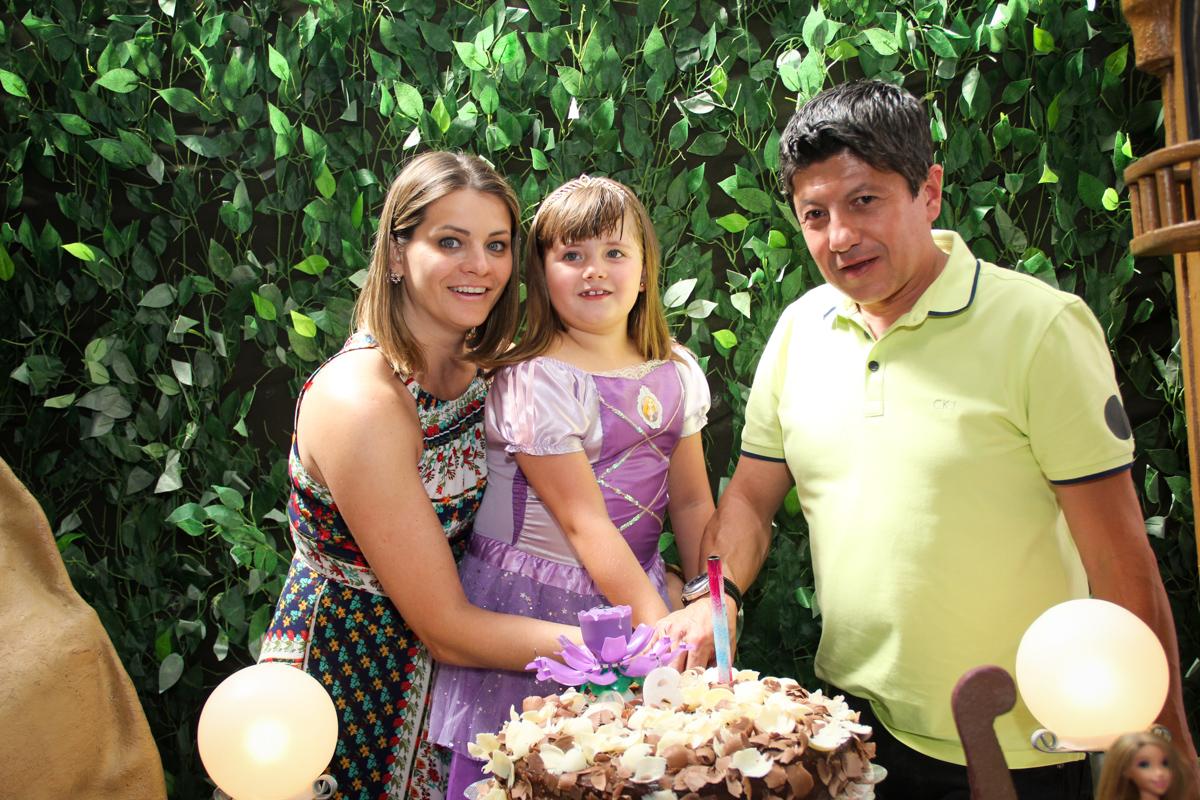 cortando o primeiro pedaço de bolo na Festa infantil, Sophia 6 anos Buffet O Galpão, Pinheiros, SP, tema da festa Os enrolados