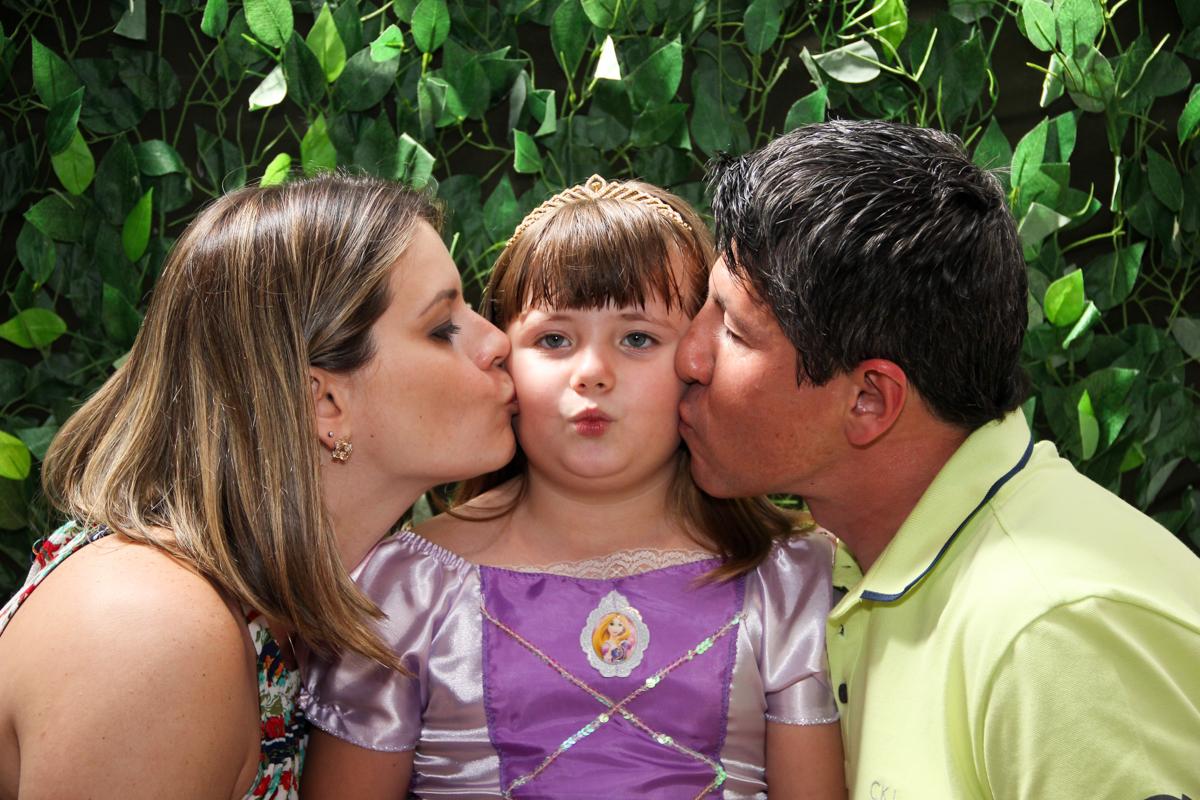 aniversariante ganha beijinho sancuiche de seus pais na Festa infantil, Sophia 6 anos Buffet O Galpão, Pinheiros, SP, tema da festa Os enrolados