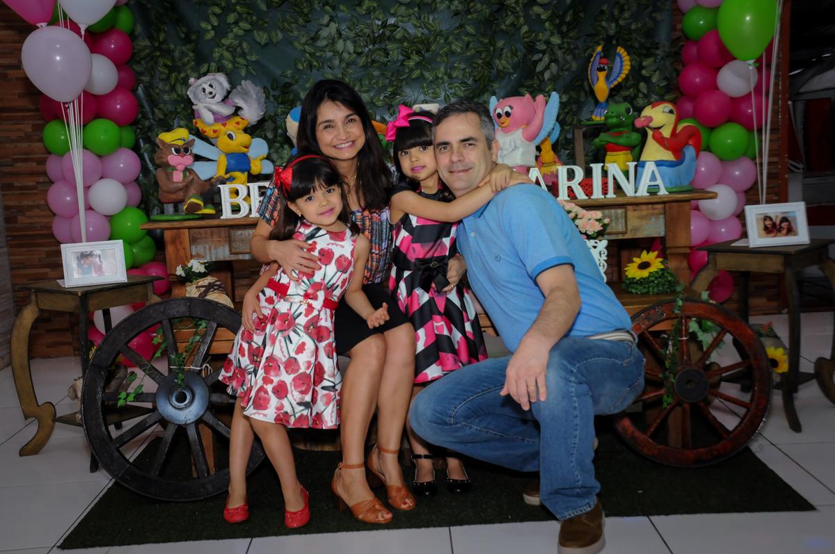 foto da família no Buffet A turma do Haroldo, Higienópolis, SP festa infantil Beatriz e Marina 6 anos