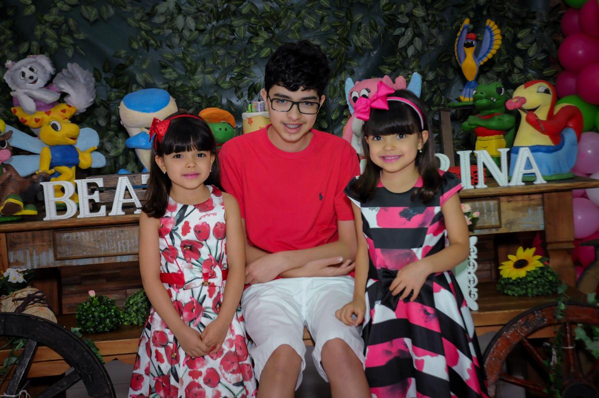 foto das aniversariantes com o irmão no Buffet A turma do Haroldo, Higienópolis, SP festa infantil Beatriz e Marina 6 anos
