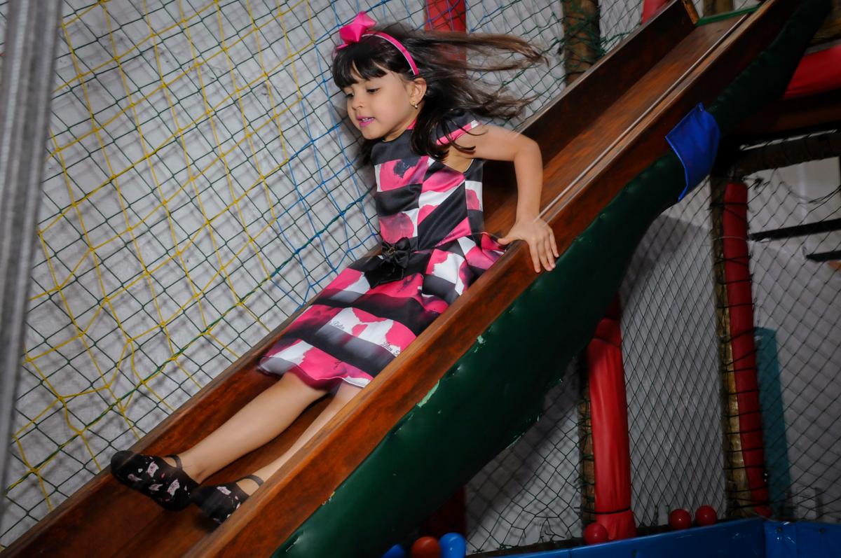brincando no escorregador no Buffet A turma do Haroldo, Higienópolis, SP festa infantil Beatriz e Marina 6 anos