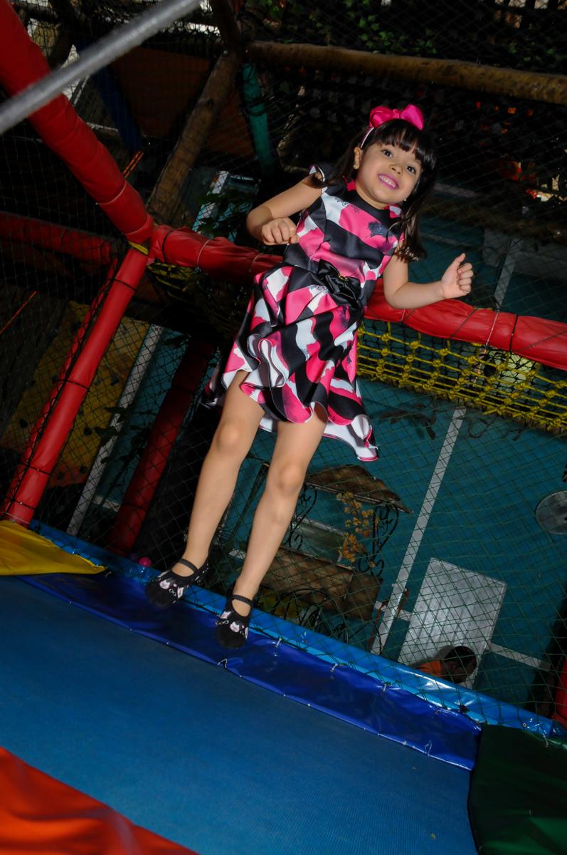 bagunça na cama elástica na Festa infantil Beatriz e Marina 6 anos no Buffet infantil A turma do Haroldo,Higienópolis,SP