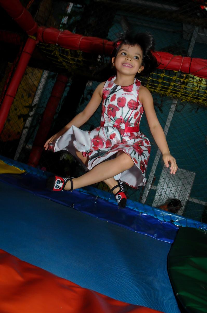 hora de brincar na cama elástica no Buffet A turma do Haroldo, Higienópolis, SP festa infantil Beatriz e Marina 6 anos