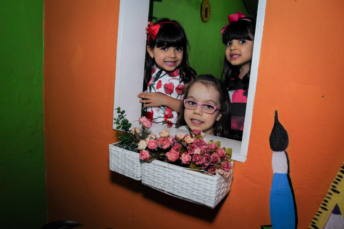foto na casinha de bonecas no Festa infantil Beatriz e Marina 6 anos no Buffet infantil A turma do Haroldo,Higienópolis,SP