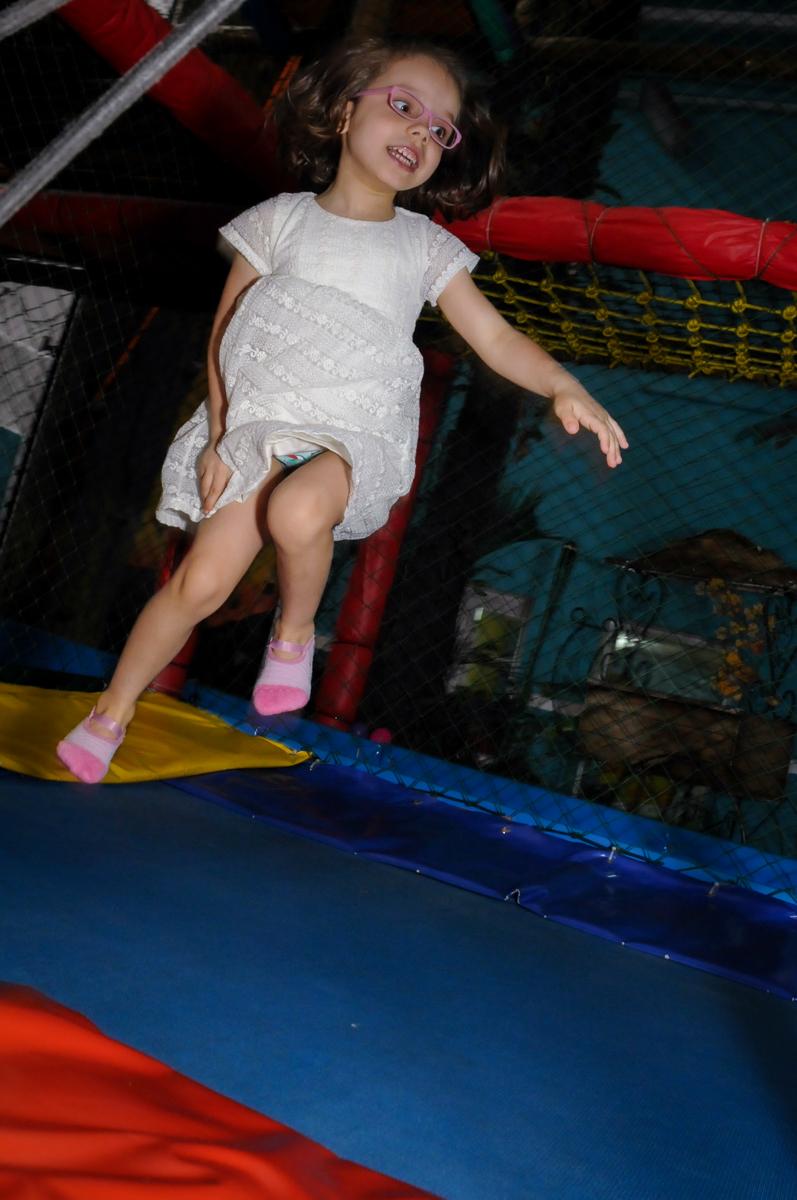 quero ver quem pula mais alto na cama elástica no Buffet A turma do Haroldo, Higienópolis, SP festa infantil Beatriz e Marina 6 anos