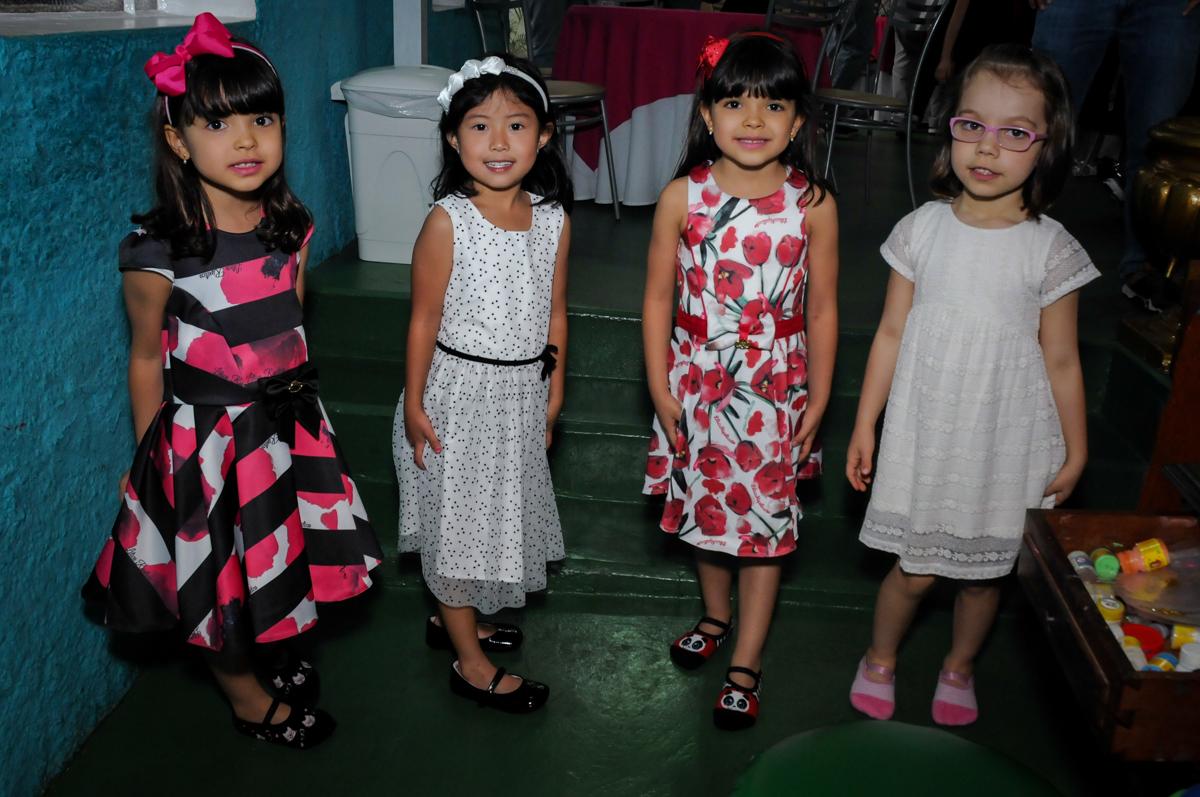 A aniversariante recebe convidada no Buffet A turma do Haroldo, Higienópolis, SP festa infantil Beatriz e Marina 6 anos